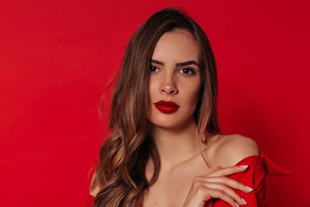 Bliska piękna kobieta z jasnobrązowymi włosami i czerwonymi ustami w walentynki