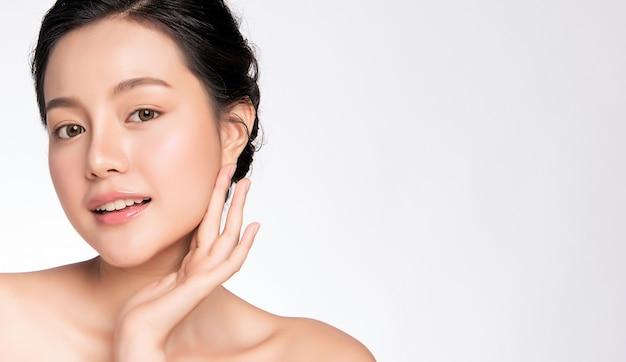 Bliska piękna młoda azjatycka kobieta dotyka jej czystej twarzy ze świeżą zdrową skórą ,, kosmetyki kosmetyczne i koncepcja leczenia twarzy