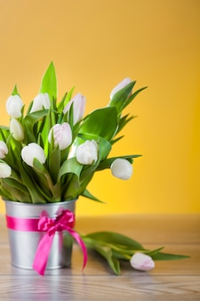 Bliska piękny bukiet jasnych tulipanów