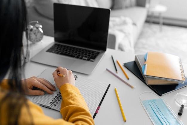 Bliska pisanie ręczne na notebooku