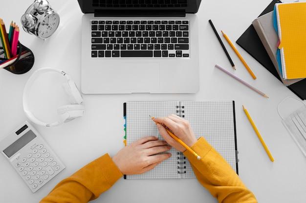Bliska pisanie ręczne na widok z góry notebooka