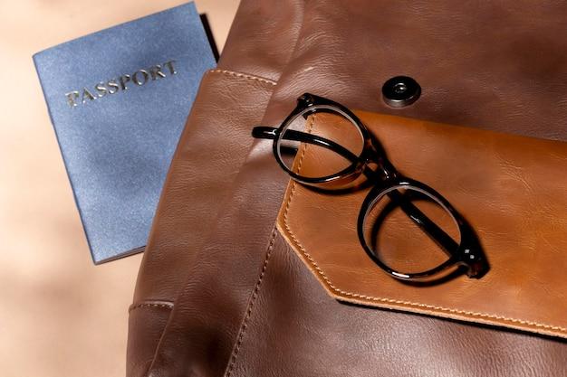 Bliska plecak z paszportem i okularami