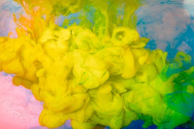 Bliska plusk farby w wodzie