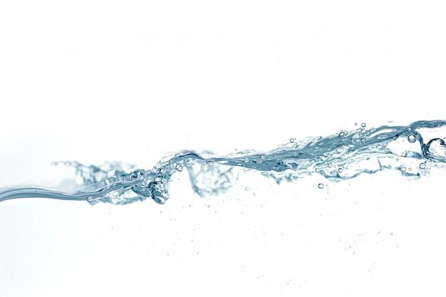 Bliska plusk wody z pęcherzyków powietrza. świeża i czysta powierzchnia aqua płynie w fali i czystej wodzie na białym tle.