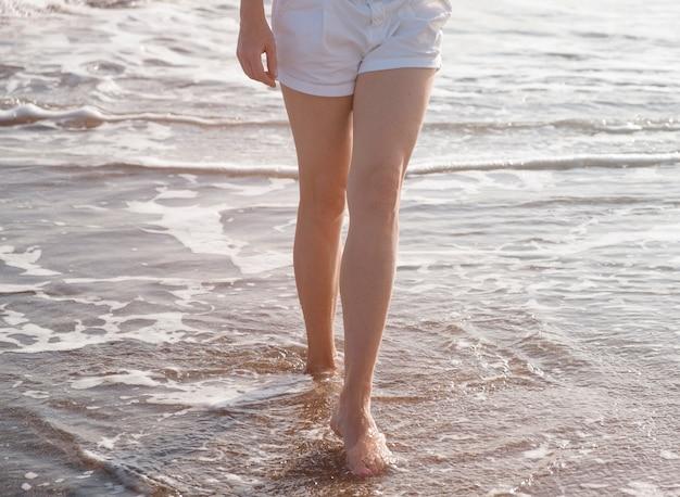 Bliska podróżnik chodzący po morzu
