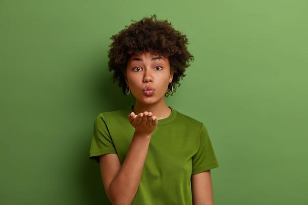 Bliska Portret Atrakcyjnej Młodej Kobiety Na Białym Tle Darmowe Zdjęcia