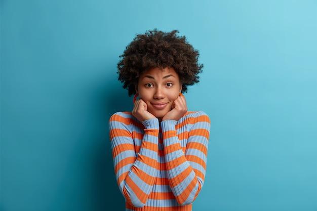 Bliska portret atrakcyjnej młodej kobiety na białym tle