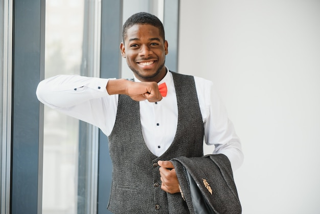 Bliska portret atrakcyjny pewnie african american biznesmen.