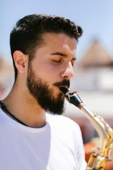 Bliska portret brodaty muzyk