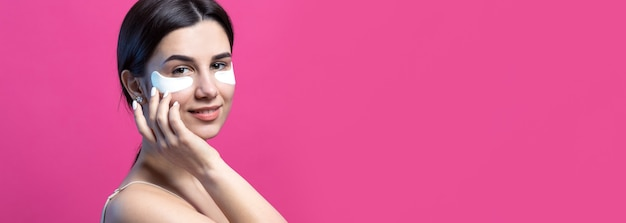Bliska portret całkiem atrakcyjnej dziewczyny z nagimi ramionami za pomocą łatek pod oczami