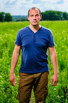 Bliska portret człowieka rolnika z brodą, patrząc na kamery w polu pszenicy. twarz mężczyzny rolnika w polu na białym tle na zewnątrz, pole rolnika. nature growth harvest harvest uprawa upraw, rynek rolników
