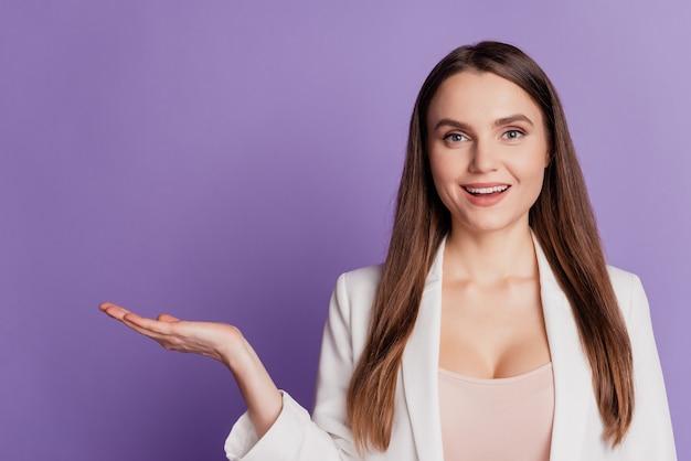 Bliska portret damy ręka trzyma pustą przestrzeń nosić formalny garnitur pozowanie na fioletowej ścianie