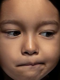 Bliska portret dziewczynki azjatyckie małe i emocjonalne.