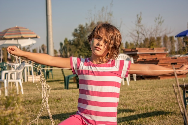 Bliska portret dziewczynki bawi się na łące na wsi