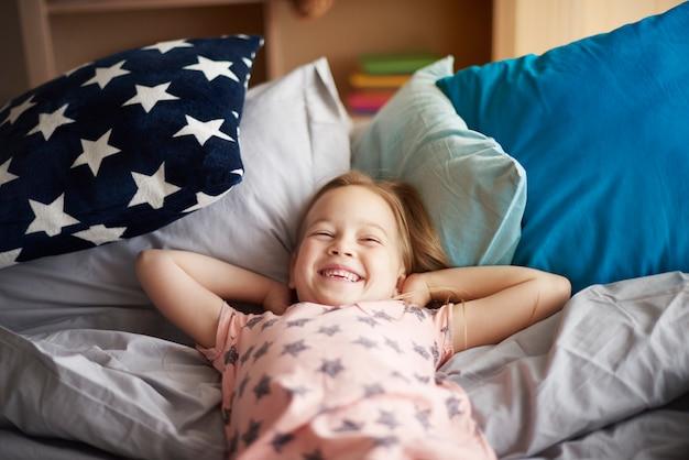 Bliska portret dziewczynki budzi się