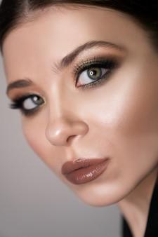 Bliska portret dziewczyny z doskonałym szmaragdowym makijażem