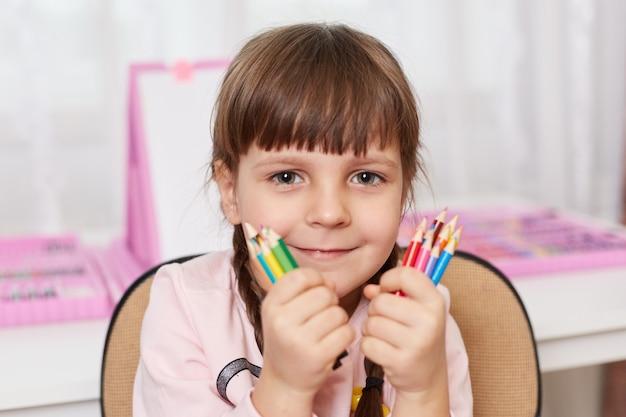 Bliska portret dziewczyny z dostawami sztuki