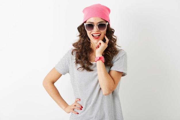 Bliska portret hipster ładna kobieta w różowym kapeluszu, okulary przeciwsłoneczne, uśmiechnięty, szczęśliwy nastrój, na białym tle, nowoczesna młodzież, akcesoria trend w modzie