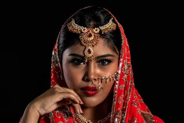 Bliska portret indyjskiej piękna kobieta w tle.