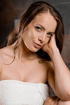 Bliska portret kobiety po prysznicu. dziewczyna wygląda jak angelina jolie.