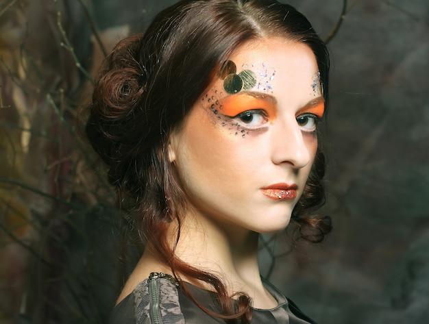 Bliska portret kobiety redhair z jasny kreatywny makijaż