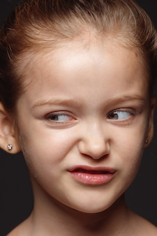 Bliska portret małej i emocjonalnej dziewczyny kaukaski. bardzo szczegółowa sesja zdjęciowa modelki o zadbanej skórze i jasnym wyrazie twarzy. pojęcie ludzkich emocji. obrzydliwy.