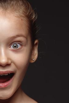 Bliska portret małej i emocjonalnej dziewczyny kaukaski. bardzo szczegółowa sesja zdjęciowa modelki z zadbaną skórą i jasnym wyrazem twarzy. pojęcie ludzkich emocji.