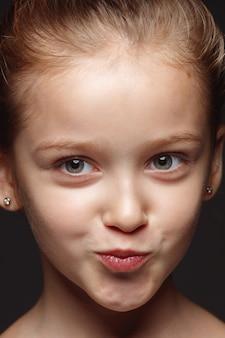 Bliska portret małej i emocjonalnej dziewczyny kaukaski.