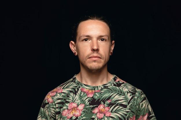 Bliska portret młodego człowieka na białym tle