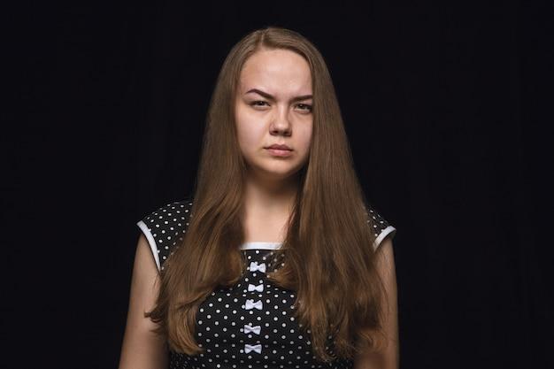 Bliska portret młodej kobiety na białym tle. modelka. żałoba, cierpienie psychiczne. wyraz twarzy, ludzka natura i koncepcja emocji.