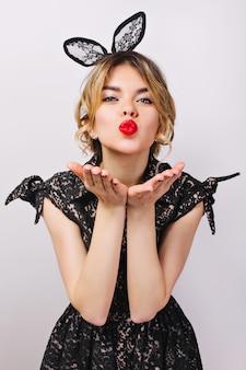 Bliska portret młodej kobiety stylowe obchodzi, ubrana w czarną sukienkę