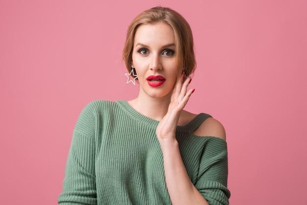 Bliska portret młodej kobiety ubrana w zielony sweter z czerwonymi ustami na różowo