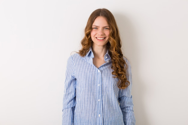 Bliska portret młodej naturalnej ładnej kobiety z kręconą fryzurą
