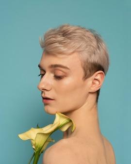 Bliska portret modela z kwiatem