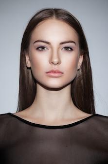 Bliska portret pięknej atrakcyjnej kobiety