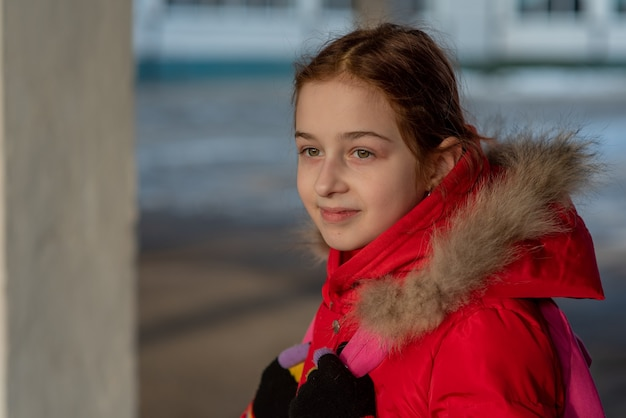 Bliska portret pięknej dziewięcioletniej dziewczynki. dziecko w wieku szkolnym w zimowe ubrania. dziewczynka w wieku 9 lat.