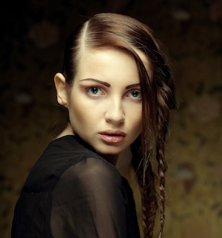 Bliska portret pięknej młodej kobiety blondynka z fryzurą kreatywnych warkocze