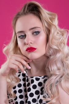 Bliska portret pięknej seksownej kobiety bardzo zaskoczonej i niezadowolonej