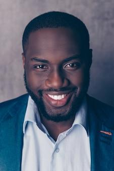 Bliska portret przystojny brodaty mężczyzna afroamerican w formalnej, uśmiechnięty