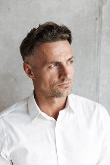 Bliska portret przystojny mężczyzna w białej koszuli