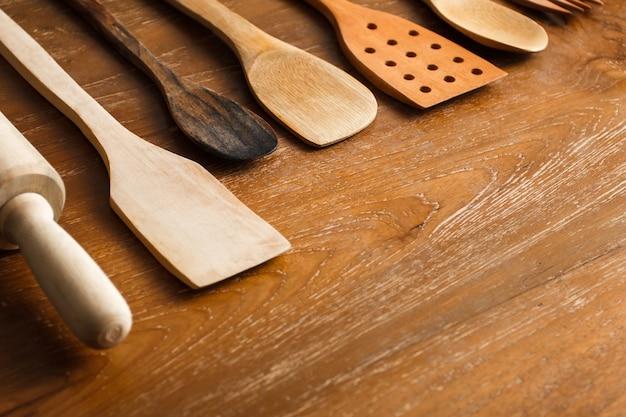 Bliska portret różnych drewnianych narzędzi kuchennych na stole