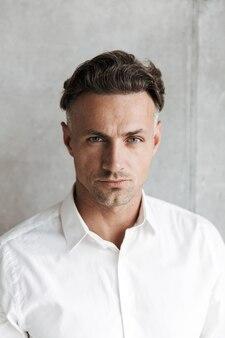 Bliska portret skoncentrowanego mężczyzny w białej koszuli