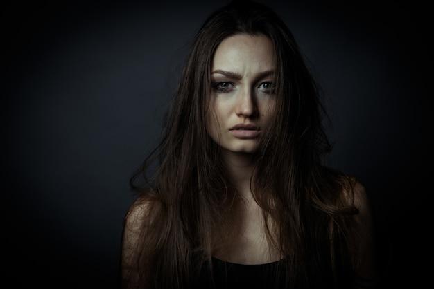 Bliska portret smutnej kobiety