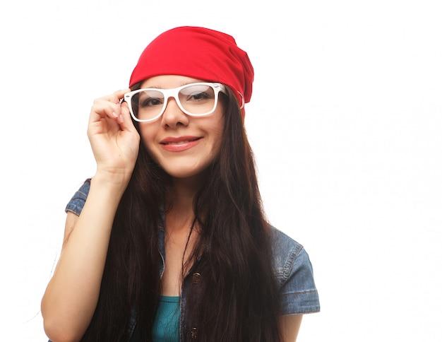 Bliska portret studio wesoły hipster dziewczyna wariuje