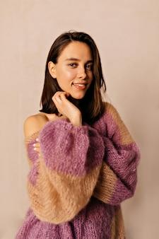 Bliska portret stylowe ładna kobieta z krótkimi włosami na sobie kolorowy sweter z dzianiny pozowanie na kamery