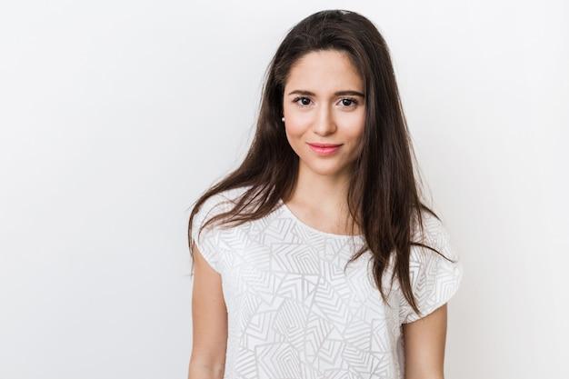 Bliska portret stylowe młode ładne kobiety uśmiechnięte w biały t-shirt, na białym tle, naturalny wygląd, długie brązowe włosy