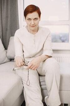 Bliska portret szczęśliwa zdrowa kobieta w średnim wieku.