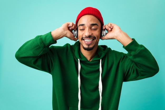Bliska portret szczęśliwy młody człowiek afro amerykański