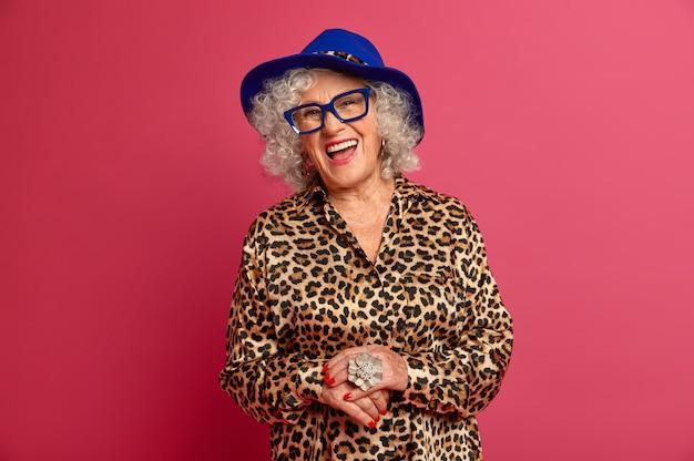 Bliska portret szczęśliwy pomarszczony modnej babci