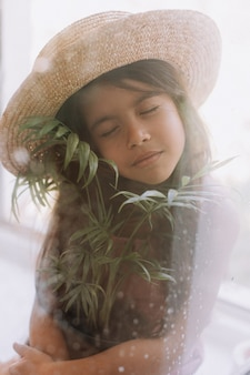 Bliska portret uroczego, śniadego dziecka o doskonałej skórze i ciemnych włosach